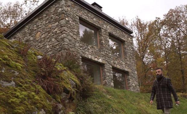 Toen zijn vrouw een vervallen schuur erfde in de Italiaanse Alpen, besloot architect Alfredo Vanotti op de plek helemaal opnieuw te beginnen. In deze video leidt hij je rond in zijn vakantiewoning, waarin alles is afgestemd op de noden van een modern gezin.