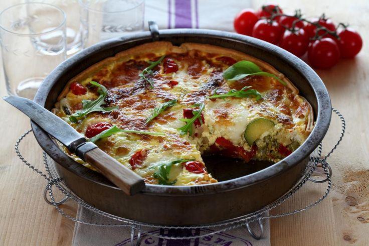Oppskrift på herlig vegetar middagspai med stekte grønnsaker. Pesto og mozzarella setter deg i italiensk stemning. Pai passer fint å severe til både lunsj og middag, og når du får venner på besøk. Det er enkelt å lage pai fra bunnen av, men ønsker du å spare tid i en travel hverdag, kan du bruke fersk ferdig paibunn fra Nå.