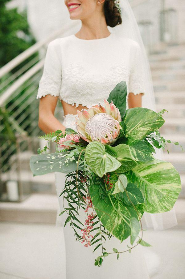 Bouquet de noiva para casamento na praia estilo tropical com folhagens grandes e protea ( Bouquet: Monica Rezende )