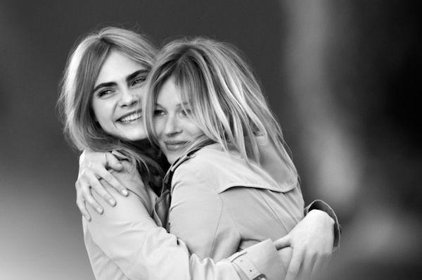#KateMoss e #CaraDelevingne posano infatti per la prima volta insieme per la campagna del nuovo profumo #MyBurberry.