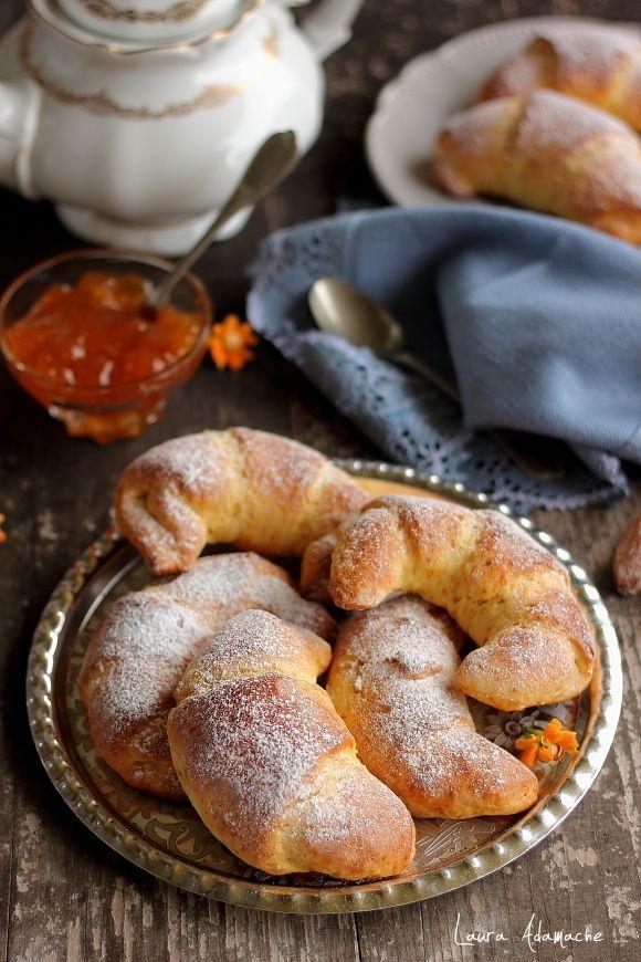 Cornuri pufoase cu morcovi si gem de piersici - reteta culinara. Cornuri pufoase cu morcovi. Reteta rapida de cornuri pufoase cu morcovi si gem de piersici.