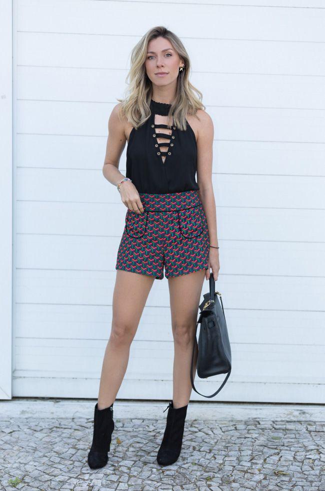 Nati Vozza do Blog de Moda Glam4You usa blusa de crepe e short estampado num look casual e cheio de charme.