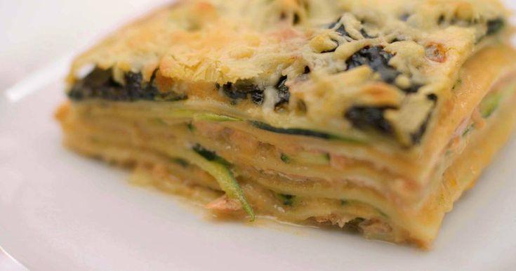 Lasagne blijft één van de meest geliefde ovenschotels. Het pastagerecht in laagjes geeft elke kok inspiratie om de beste combinaties van producten en smaken te bedenken. Jeroen gaat voor gerookte zalm, plakjes courgette, gestoofde spinazie én een heerlijke bechamelsaus op basis van geroosterde kopjes en pantsers van grijze garnalen. Het geheim van die saus zit in een zelfbereide 'garnalenmelk' boordevol aroma's van schaaldieren, kruiden en specerijen.