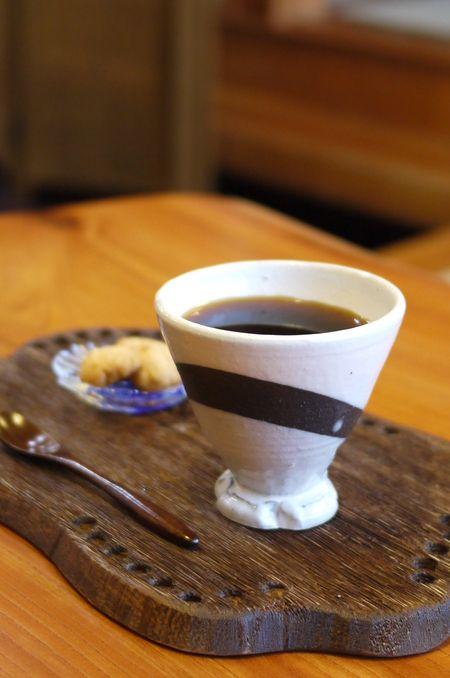 [器と珈琲 Lien~りあん~] 今日の、「本日の珈琲」は、キリマンジャロ TANZANIA AA KIBOです。アフリカの最高峰キリマンジャロ山の麓にある緑に囲まれた美しい街、モシ市。そのモシ市のコーヒー業者の中から、特に技術の確かな業者を選りすぐり、買い付けた後、厳しい品質基準を満たす為に、再度精選した最高級の珈琲に対してのみ名づけられたものがこのTANZANIA AA KIBOなのです。 http://kitamoto-style.com/shop/lien/