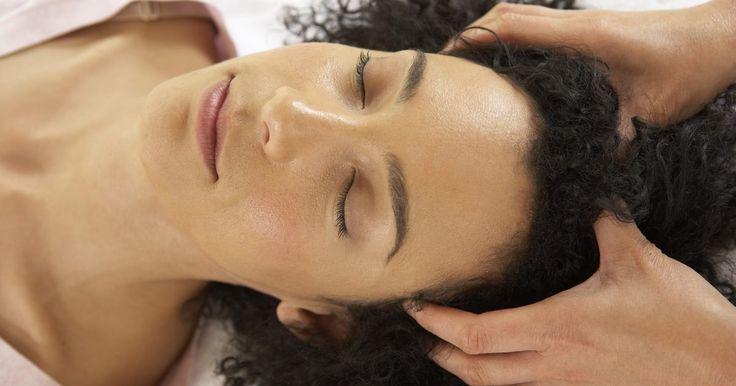Tratamentos de massagem para sinusite. A sinusite é a inflamação dos seios, que pode ser causada por um vírus ou por uma infecção bacteriana. A massagem ocidental padrão não pode tratar as causas da sinusite diretamente, mas pode ajudar a reduzir o estresse e os sintomas da doença. Se sua sinusite estiver associada a um resfriado ou a uma gripe, verifique com seu médico antes de ...