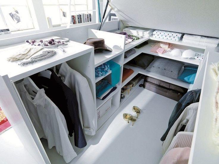 petite chambre adulte avec lit surélevé et rangement au-dessous