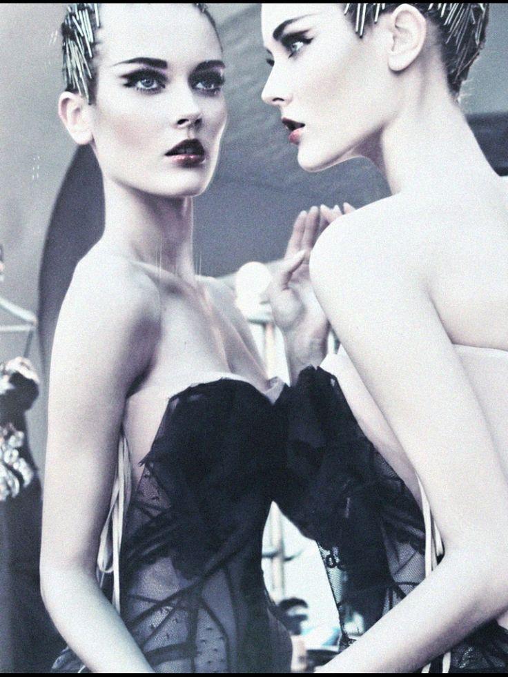 #speldjes #door schijnende jurk #witte huid #donker rode lippenstift #spiegelbeeld