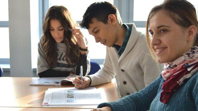 Budoucí absolventi středních a vysokých škol se často ptají, zda po ukončení studia musí začít pojistné na sociální zabezpečení platit. To však záleží na konkrétní situaci. Česká správa sociálního zabezpečení (ČSSZ) proto přináší přehled těch nejtypičtějších.