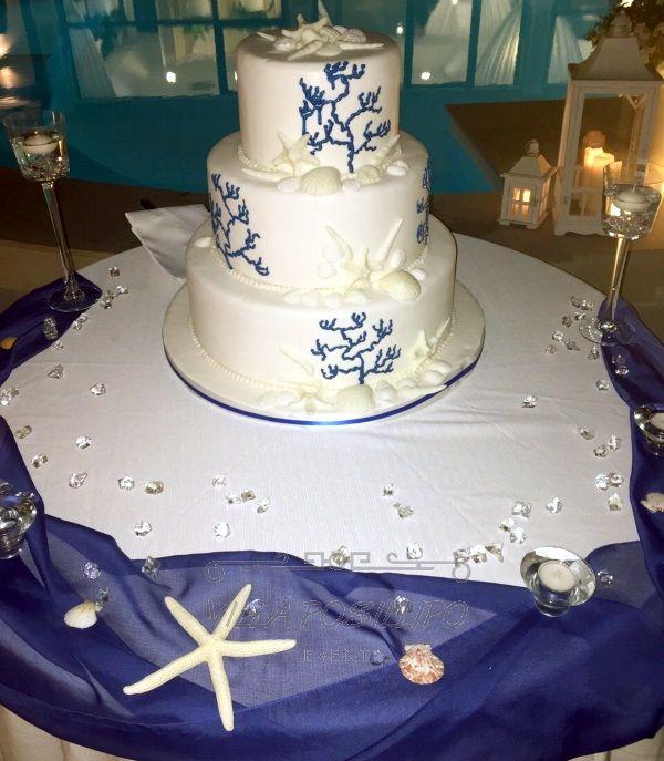 Torta nuziale stile marino con dettagli blu elettrico