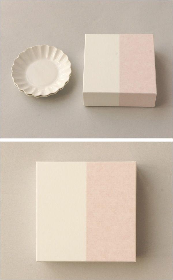 【輪花小皿2組セット用紙箱(中川政七商店)】/輪花小皿が2枚入る紙箱です。  赤と白の二色を合わせた見た目にすっきりとしたデザインです。  引き出物やお祝いなど、大切な方への贈りものにもどうぞ。 #weddinggift #gifts #giftbox