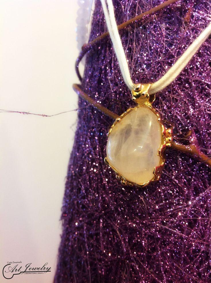 Ciondolo realizzato in oro giallo ed impreziosito da un quarzo rosa. #gold #jewels #rosequartz #artjewelry  https://www.facebook.com/gioiellicosta/ https://www.instagram.com/costaemanuele_artjewelry/  Photo editing: Noemi Barolo
