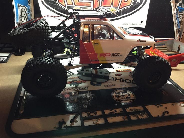 First project to hit the new benchthe #yotabomber . . #KrawlZoneRC #rc4wd #axial #axialracing #axialadventures #axial #rc #rcscale #kingofthehammers #vanquishproducts #methodracewheels #rigidindustries #darkmtnphoto #offroad #offroadracing #poisonspyder #4x4 #rockracer #crawler #caseycurrie #atees #asiatees #asiateeshobbies #rcneverstops