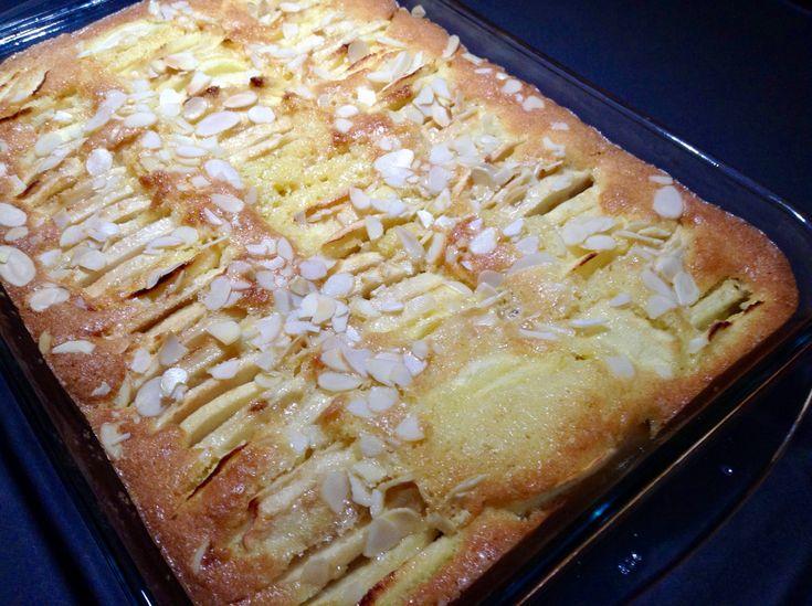 Ik ben vandaag stevig aan het bakken geslagen. Deze eenvoudige appelcake ziet er in elk geval veelbelovend uit om in de toekomst een klassieker te worden. Ik ben benieuwd hoe dat morgen gaat smaken…