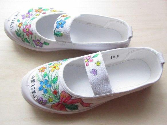 【商品】受注制作:お子様の色彩感覚を刺激する手描き上靴「花束」デザイン一足【詳細】オリジナルデザインを 新品の上履きに ご注文頂いてから心を込めて丁寧に描きま...|ハンドメイド、手作り、手仕事品の通販・販売・購入ならCreema。
