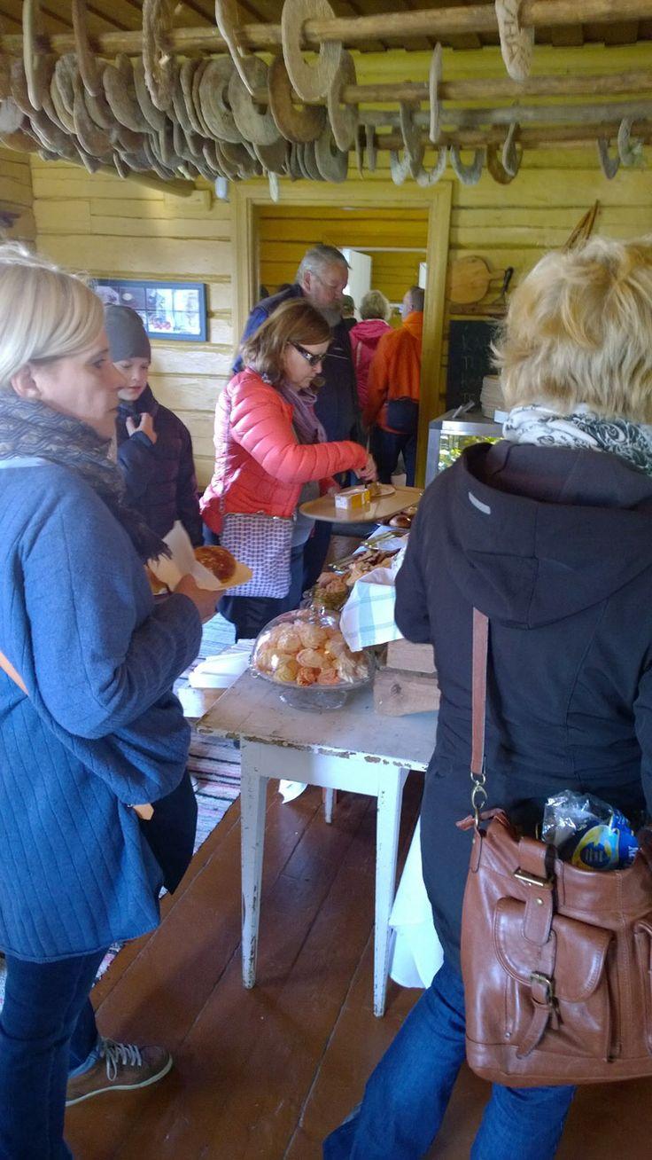 Markkinaväki voi piipahtaa myös tunnelmallisessa museokahvilassa Ylikärpän pirtissä, jossa vatsansa voi täyttää vaikka lohisopalla, rössypotulla ja maistuvilla leivonnaisilla. Oulu (Finland)