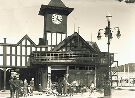 Manly Wharf in the Northern Beaches region of Sydney in 1936. •State Records of NSW• 🌹