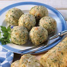 Bayerische Semmelknödel - bavarian dumplings - find german recipes in English on www.mybestgermanrecipes.com