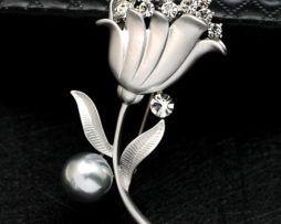 Luxusná brošňa v tvare tulipánu s kryštálikmi a perlou v dvoch rôznych farbách.