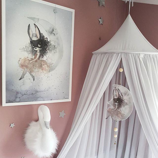 Da ble det grå Sengehimmel fra #cottonandsweets 😍👌 Måtte få inn litt kontraster. Svanen er også fra Cotton & Sweets. Miss Astrid fra #mrsmighetto henger så fint i sengehimmelen 💕 Haley er så fornøyd 😄👏 Dere finner alt dette hos @carmell.no 👆 - @carmell.no #carmell #mrsmighetto #cottonandsweets #missastrid #sengehimmel #canopy #swan #svane #ad #barnerom #barneromsinspo #kidsroomdecor #kinderzimmer #kinderkamer #jenterom #girlsroom #kidsinterior #pink #bedroom #nursery #nurseryinspo