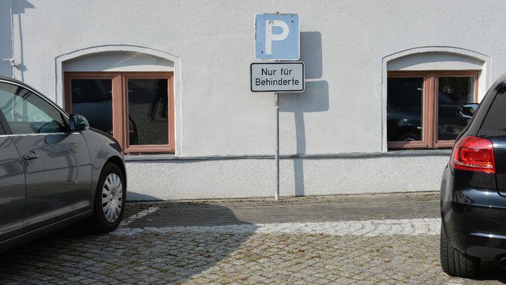 Gipsbein, Krücken und Rollator - Wann darf ich auf den Behinderten-Parkplatz?