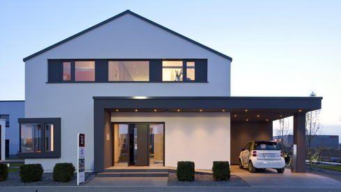 Irgendwie cool gelöst: Auffahrt und Hauseingang überdacht und beleuchtet!