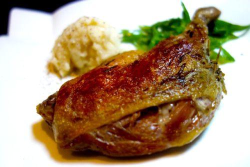 ハンガリー産 骨付 鴨もも肉のコンフィ 1200-  外はパリパリ中はしっとりジューシーな一品です  http://wine-lievre.com/menu.html  鴨肉 コンフィ 骨付き ワインバー 東中野 duck meat with bones confit winebar higashinakano japan tokyo
