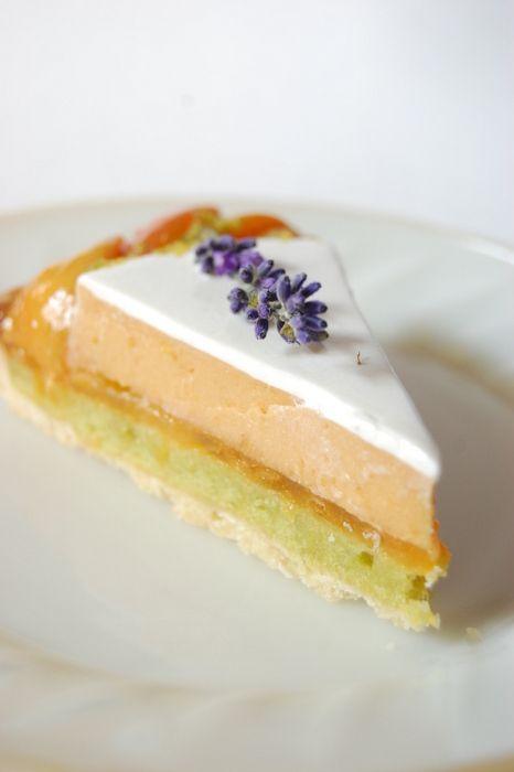 Абрикосовый торт с лавандой и запечённым фисташковым кремом