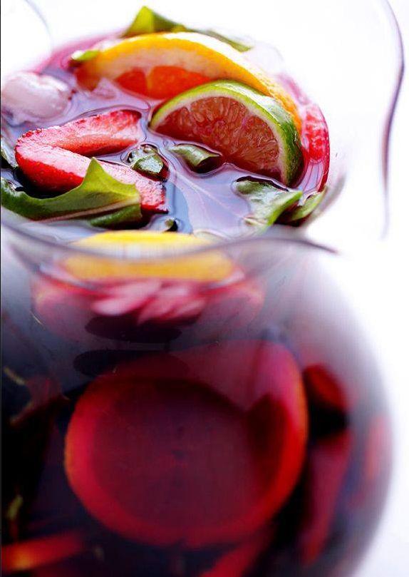 #Vino #rosso corposo, limone, arance, mele, chiodi di garofano, scorza di cannella, acqua gassata, zucchero e #brandy: sono gli ingredienti di base di questa bevanda spagnola amata in tutto il mondo...la #sangria! #spagna #recipe