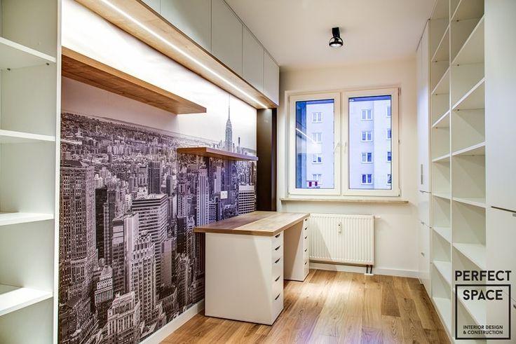 Fototapeta z panoramą miasta optycznie powiększa przestrzeń pokoju.