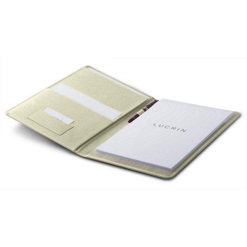 Le conférencier A4 en cuir comporte aussi une fente pour votre bloc-notes format A4. Pratique et esthétique, le conférencier est idéal pour le bureau.