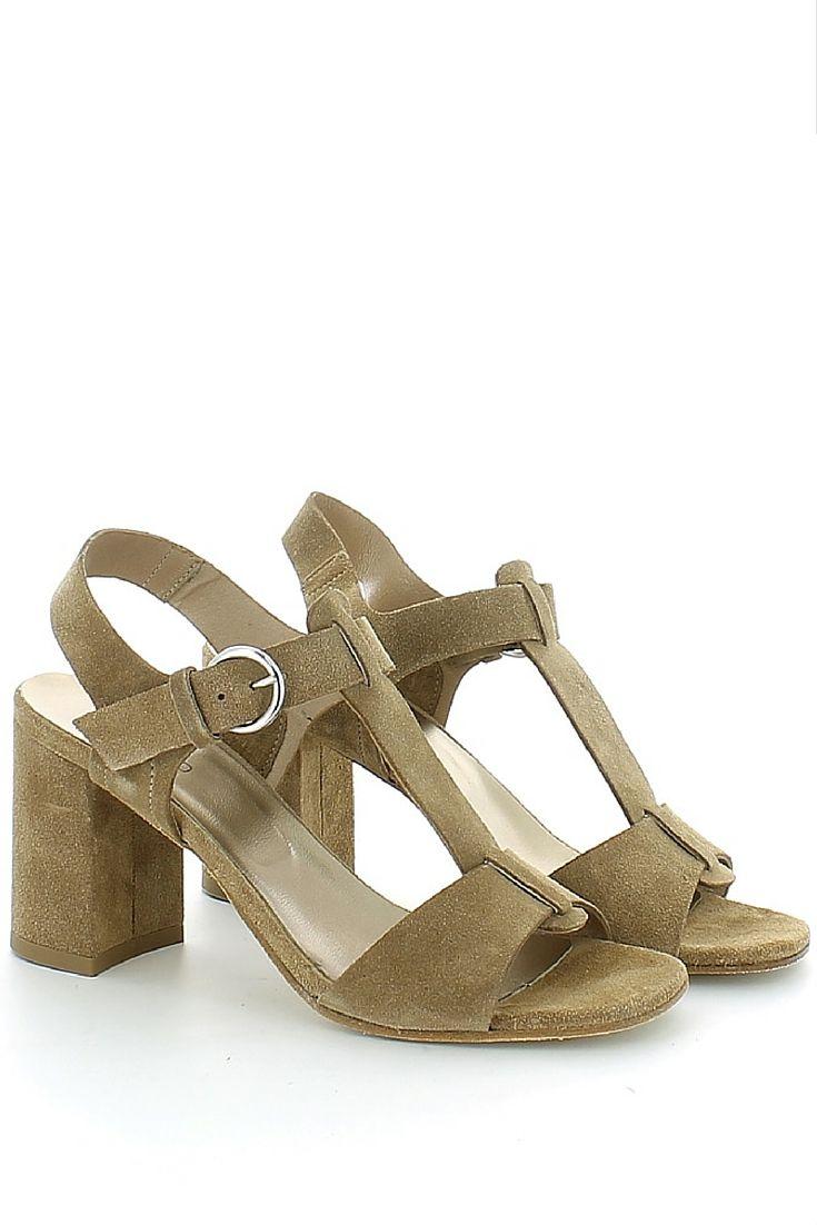 Sandalo in camoscio tinta marrone, con cinturino alla caviglia regolabile con chiusura a t-bar ; fodera e soletta in pelle, tacco massiccio di 8 cm con sopratacco in gomma e fondo in cuoio. Comfort e qualità garantiti da Progetto glam http://www.langolo-calzature.it/it/sandalo-in-camoscio-marrone-con-t-bar-54409