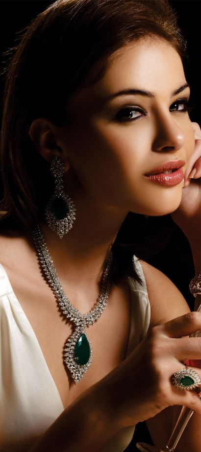 Indian bridal Jewellery. Necklace and earrings in diamond and emerald.
