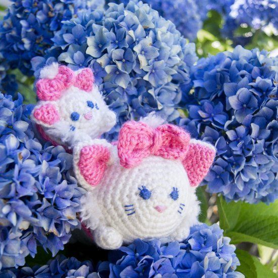 Make your own Marie tsum tsum with this free crochet pattern! thanks so xox ☆ ★ https://www.pinterest.com/peacefuldoves/