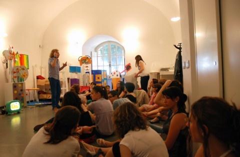 Un programma lungo tre mesi. Da metà giugno a metà settembre, nel più classico trimestre di vacanze scolastiche. 90 giorni di attività al Castello di Rivoli, organizzate dal Dipartimento Educazione insieme a una miriade di associazioni, professionisti, artisti… La Summer School raccontata da Anna Pironti.