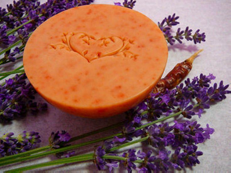 Serkentő szappan chilivel és levendula illóolajjal. Izgalmas és persze nem csíp... #natural #soap #szappan #shower #chili #lavender #levendula #csili #love2smile