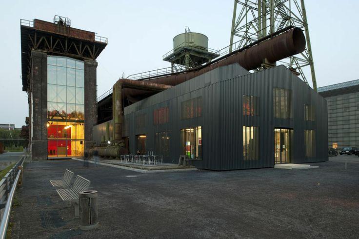 Le cabinet d'architecture Heinrich Böll Architect signe cette ancienne station de pompe à essence transformé en restaurant. Situé dans le centre de la ville de Bochum, en Allemagne.