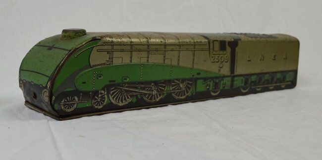 I just discovered this RARE MACFARLANE, LANG & CO, BISCUIT TIN OF A LOCOMOTIVE on LiveAuctioneers and wanted to share it with you: www.liveauctioneers.com/item/41302369