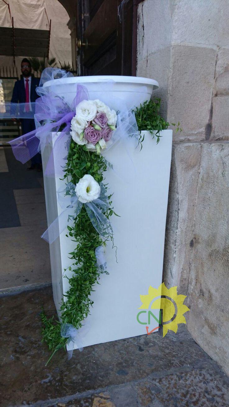 Cesto e colonnina per il lancio del riso con decorazione di rose glicine, lisianthus bianchi e verde pendente, presso il Comune di Taranto. #wedding #matrimonio #white #pink #flower #realwedding #casanaturavivaio