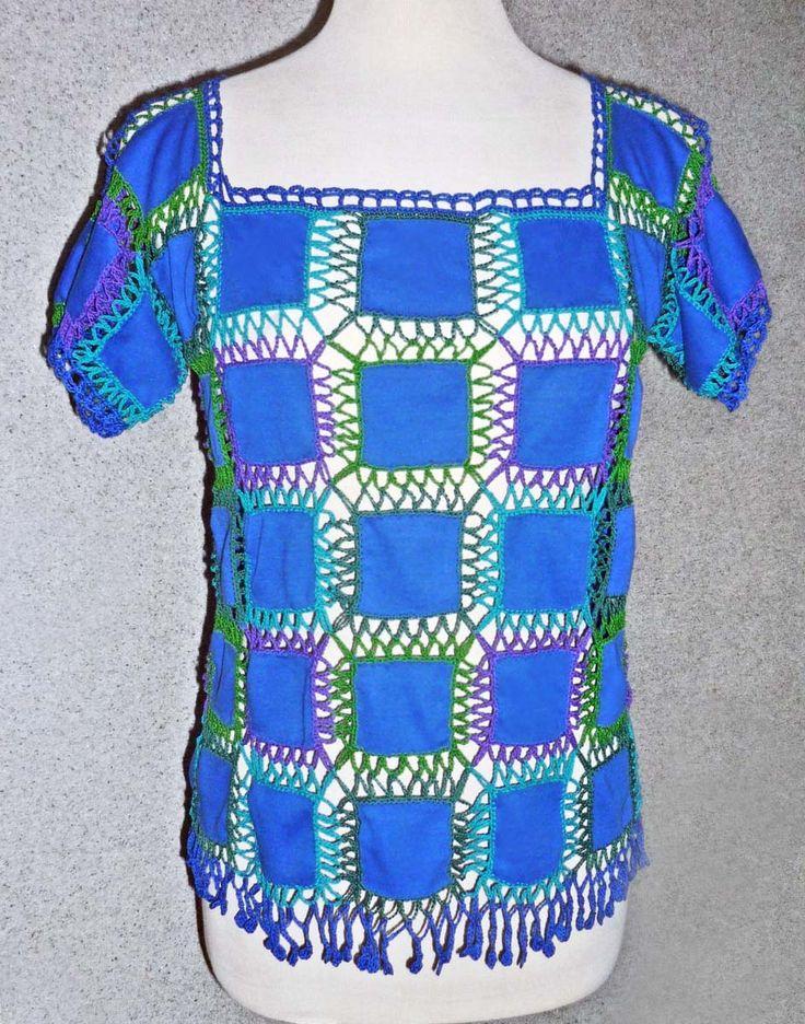 Blusa elaborada con tejido a crochet en hilos de colores turquesa, verde claro, verde oscuro y lila, con aplicaciones de tela jersey azul, talla M