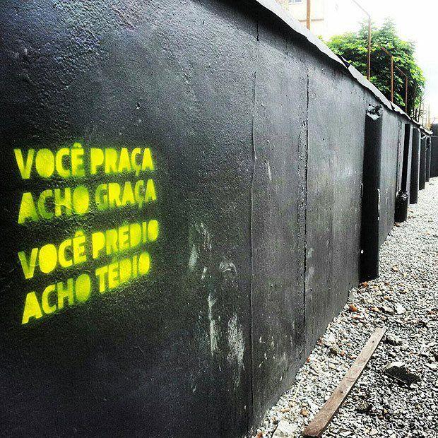 Um labirinto místico Onde os grafites gritam Não dá pra descrever Numa linda frase De um postal tão doce Criolo A cidade grita. A voz da cidade é ouvida por …