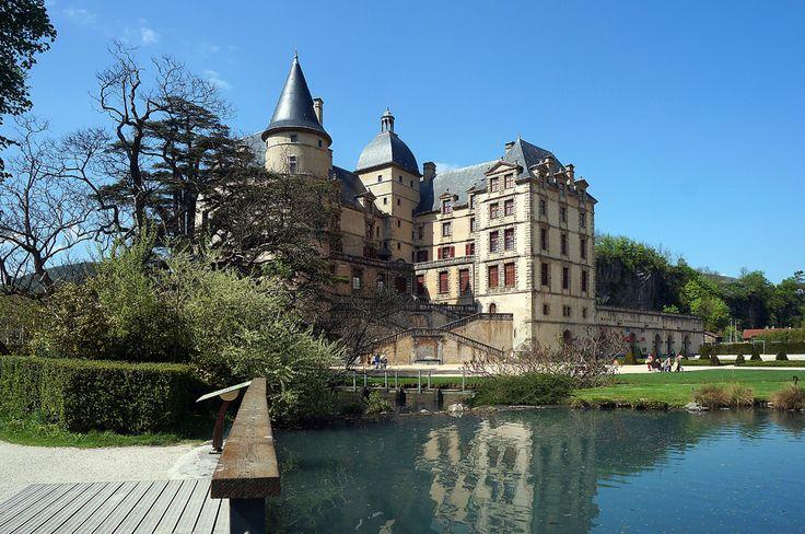 ВИЗИЛЬ-замок веселой продавщицы.Их множество во Франции, старинных крепостей, построенных ради каприза красивой женщины, и Визиль не исключение.