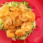Espaguete de abobrinha com camarão e cogumelos. 😍 Para o espaguete, basta desfiar a abobrinha num ralador e passar em uma frigideira com azeite. 😋  Para o camarão basta refogar com cebola, alho, leite de coco, curry, cogumelos, sal rosa, mostarda e molho de tomate. 🍅  Super rápido, prático, gourmet e levinho. 😍😋🌿