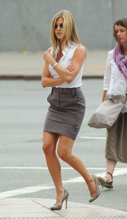 Jennifer Aniston Mini Skirt | Jennifer Aniston in a pencil skirt and high heels on the set The ...