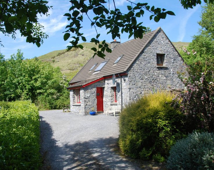 Apartment in Leenaun, Ireland. My place is close to family-friendly activities. My place is good for couples, solo adventurers, and families (with kids).  This is a beautiful secluded cottage with lovely views down to the lake. It is within walking distance of the beach where t...
