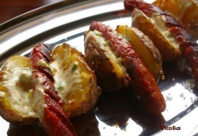 Ragadós hot dog héjában főtt krumpliban