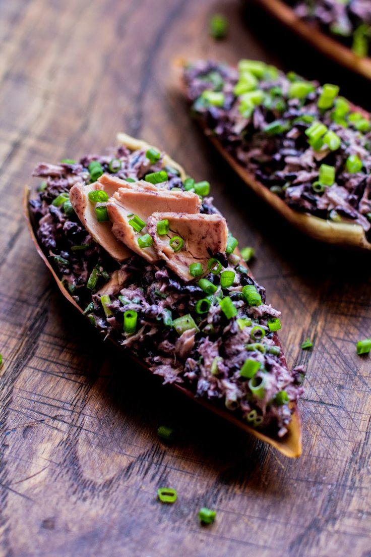 Sałatka z czarnym ryżem i tuńczykiem #gryz #MagazynGRYZ