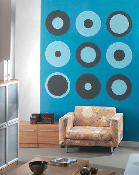 Ζωγραφική στον τοίχο σαλονιού με γεωμετρικά σχήματα σε τόνους του τυρκουάζ. Δείτε περισσότερες ιδέες διακόσμησης πάνω από τον καναπέ στη σελίδα μας  www.artease.gr