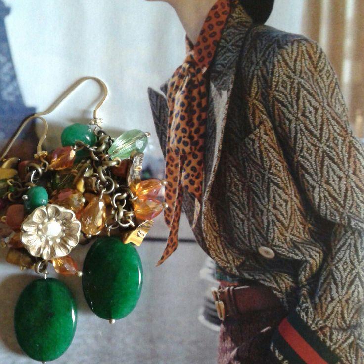 Orecchini creati con agate verdi, cristalli e dettaglio bottone antico floreale anni 50...pezzo unico