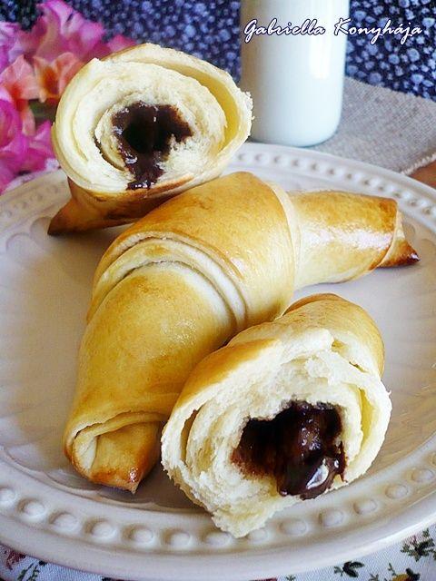 Gabriella kalandjai a konyhában :): Habkönnyű vajas kifli csokoládékrémmel