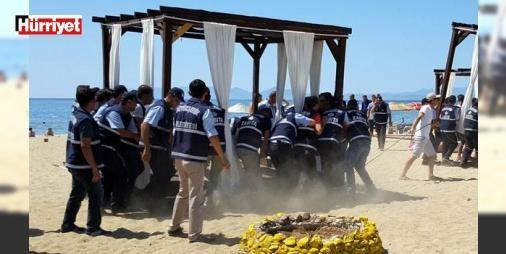 Ünlü plajda hava destekli operasyon! Tatilciler şaştı kaldı: Balıkesir'in Ayvalık ilçesindeki ünlü Sarımsaklı plajında zabıta personeli, helikopter, sahil güvenlik botu ve güvenlik güçlerinin katıldığı operasyonda, işletmelerin sınırları dışına taşan yüzlerce şemsiye, şezlong, kamelya ve çevre çitleri toplandı.